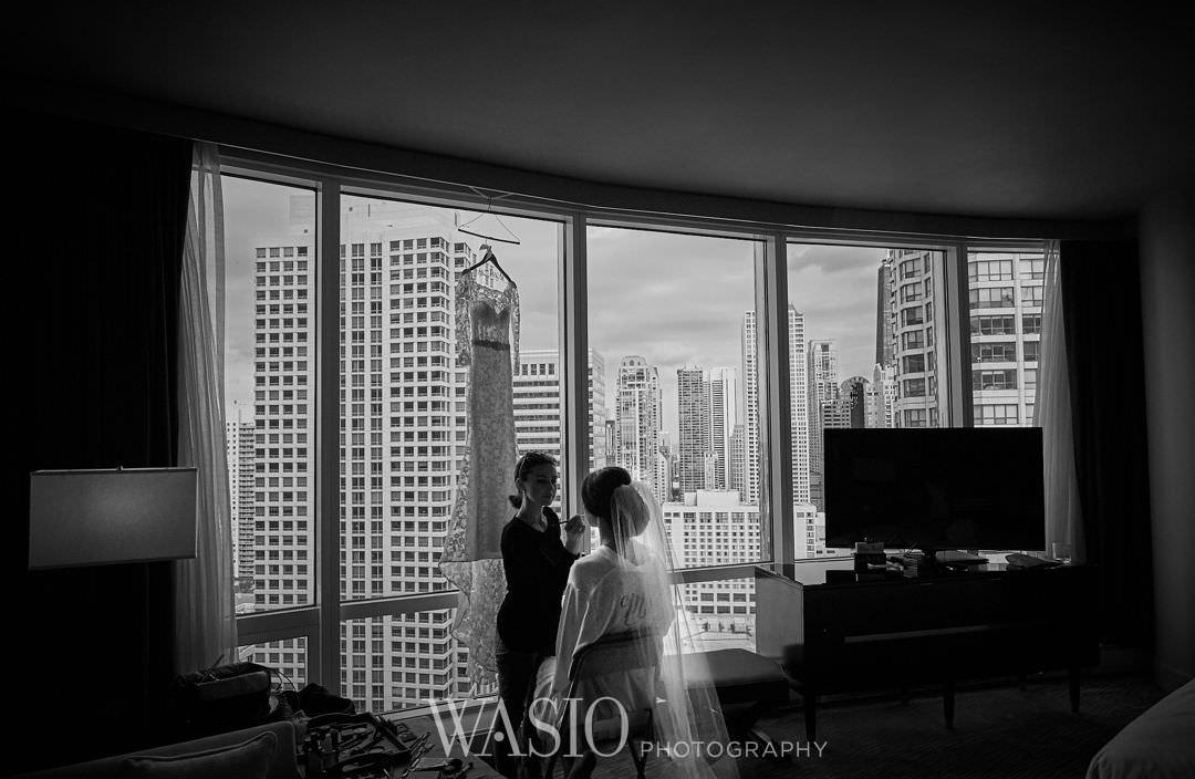 05-chicago-trump-tower-wedding-river-preparation-bride Chicago River Roast Wedding - Joanna + Mateusz