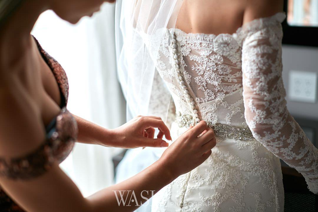 07-chicago-trump-tower-wedding-river-bride Chicago River Roast Wedding - Joanna + Mateusz