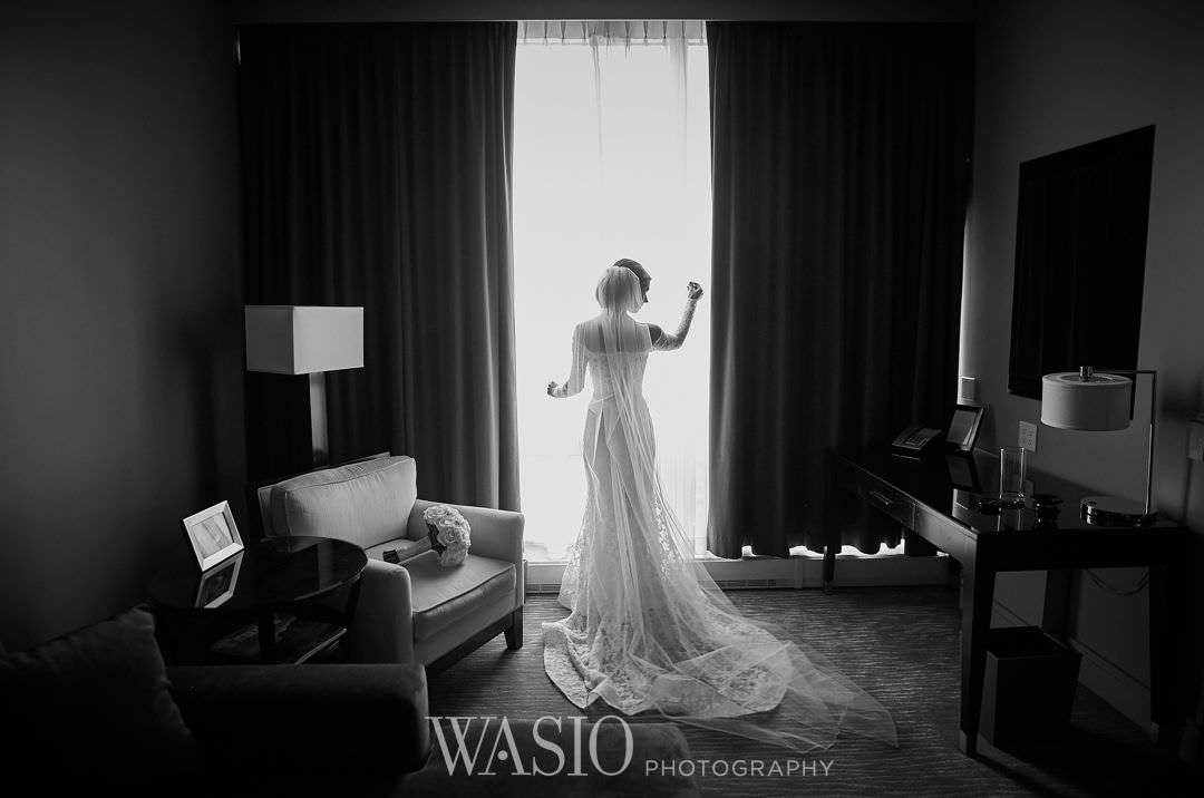 09-chicago-trump-tower-wedding-river-bridal-portrait Chicago River Roast Wedding - Joanna + Mateusz