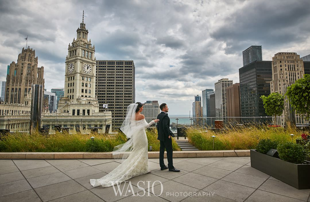 14-chicago-trump-tower-wedding-river-first-look-bridal Chicago River Roast Wedding - Joanna + Mateusz