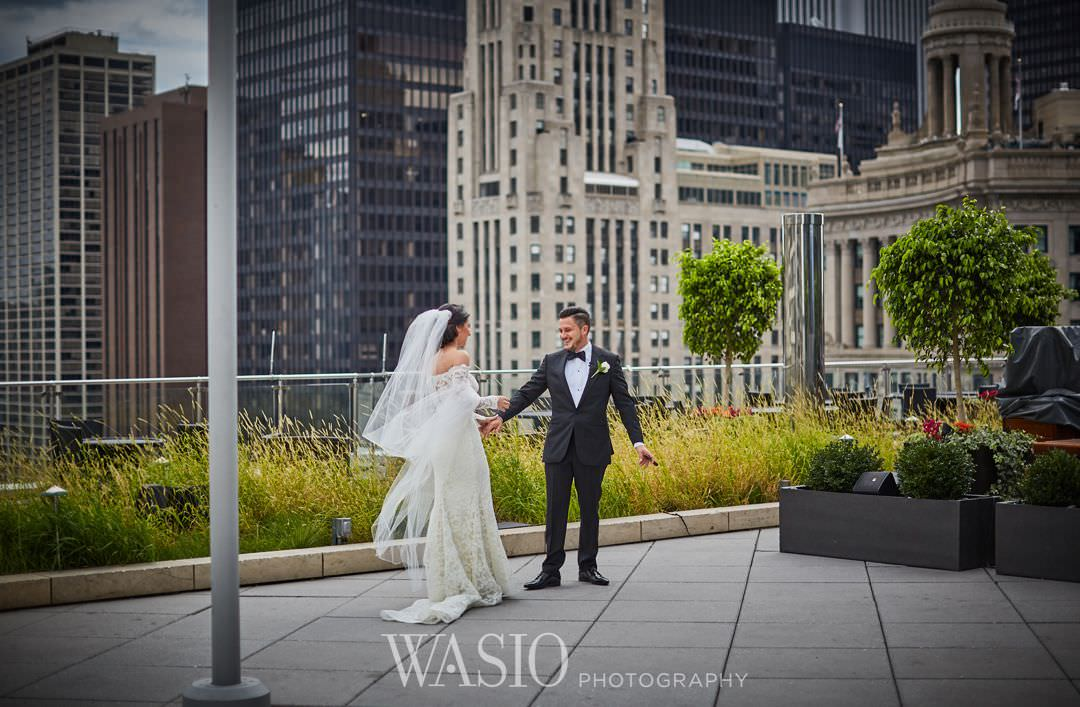 15-chicago-trump-tower-wedding-river-first-look-happy Chicago River Roast Wedding - Joanna + Mateusz