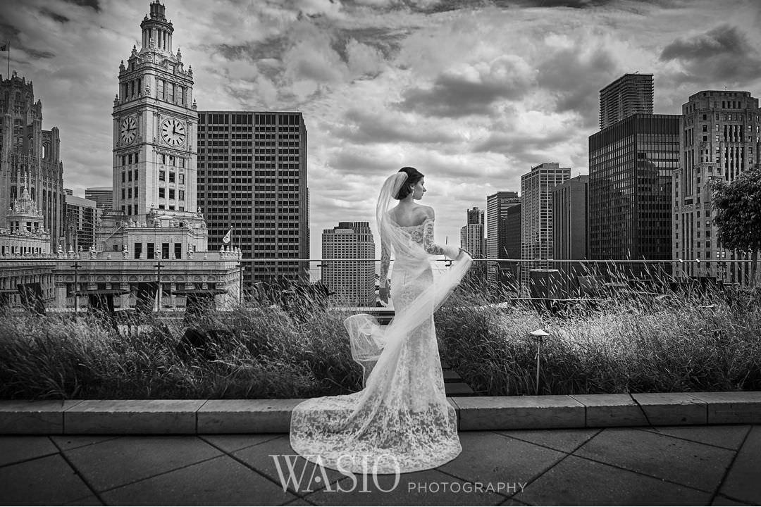 21-chicago-trump-tower-wedding-river-bride-portrait-classy Chicago River Roast Wedding - Joanna + Mateusz
