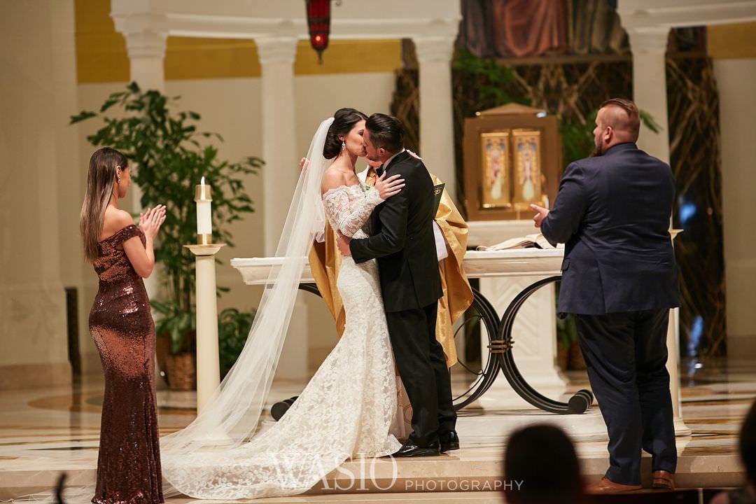 30-chicago-trump-tower-wedding-river-first-kiss-loyola Chicago River Roast Wedding - Joanna + Mateusz