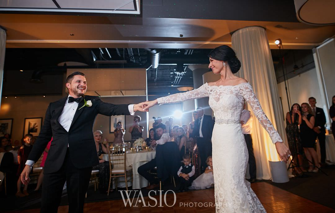 46-chicago-trump-tower-wedding-river-roast-first-dance-bride Chicago River Roast Wedding - Joanna + Mateusz