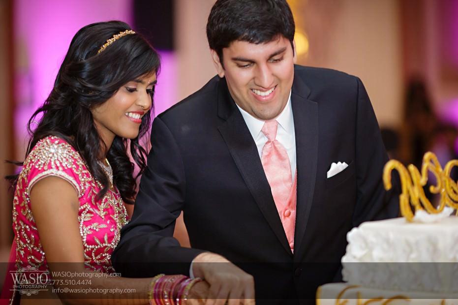Chicago-Wedding-Photography-South-Asian-Indian-Wedding-0252-cake-cutting-931x620 South Asian Indian Wedding at JW Marriott - Shreya + Monil
