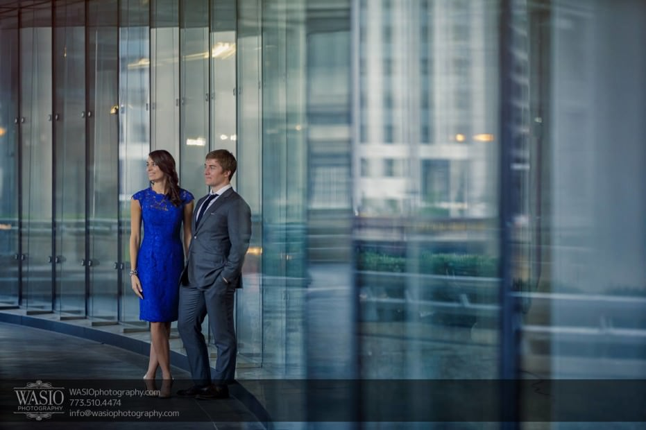 Chicago-engagement-photos-hand-holding-reflection-Trump-tower_57-931x620 Chicago engagement photos - Catherine + Rob