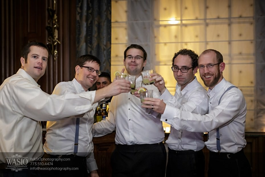 Chicago-wedding-photographer-jewish-allegro-hotel-080-groomsmen-drink-931x620 Chicago Jewish Wedding at Allegro Hotel - Jenny + Scott
