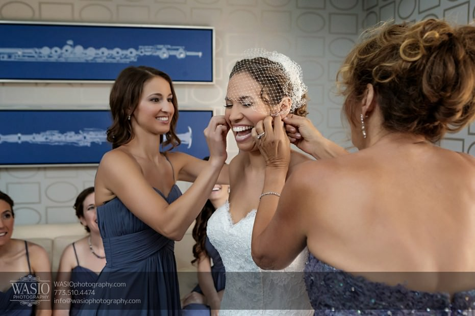 Chicago-wedding-photographer-jewish-allegro-hotel-106-bride-maid-of-honor-mother-getting-ready-jewelry-931x620 Chicago Jewish Wedding at Allegro Hotel - Jenny + Scott