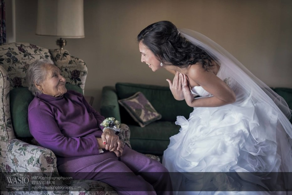 Chicago-winter-wedding-bride-preparation-grandma-intimate-moment_84-931x621 Chicago Winter Wedding - Elizabeth + Paul
