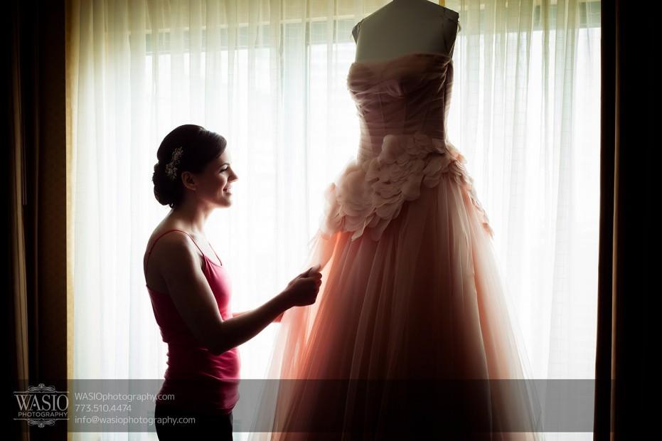Destination-Chicago-Wedding-Photographer-WASIO-photography-0031-bride-preparation-wedding-gown-Vera-Wang-931x620 University of Chicago wedding at Smart Museum of Art - Lynn+Satya