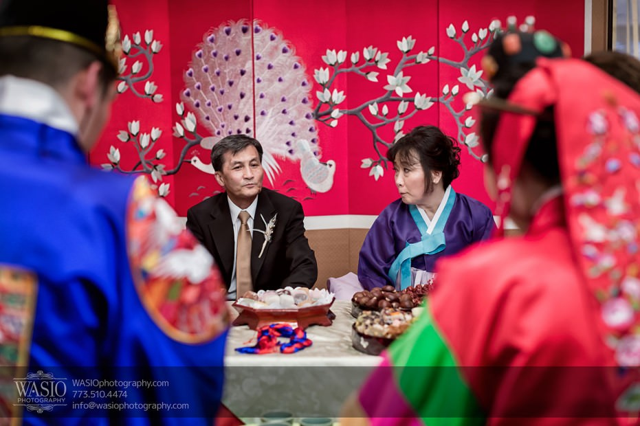 Destination-Chicago-Wedding-Photographer-WASIO-photography-0076-parents-bride-korean-tea-931x620 A Beautiful Wedding at Victoria in the Park - Soy+Patrick