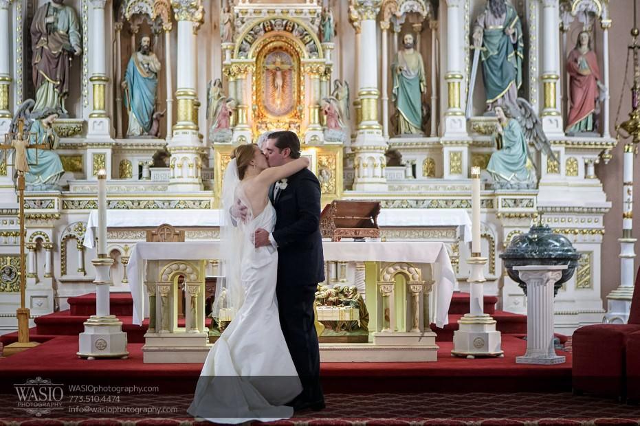 Montgomery-club-chicago-wedding-ceremony-first-kiss-013-931x620 Montgomery Club Chicago Wedding - Lauren + Teddy