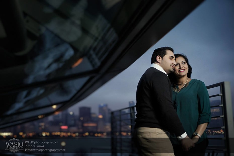 Snowy-Chicago-Engagement-Session-dramatic-sunset-skyline-photography-perfect-moment-hand-holding-18-931x621 Snowy Chicago Engagement Session - Fatima + Asad