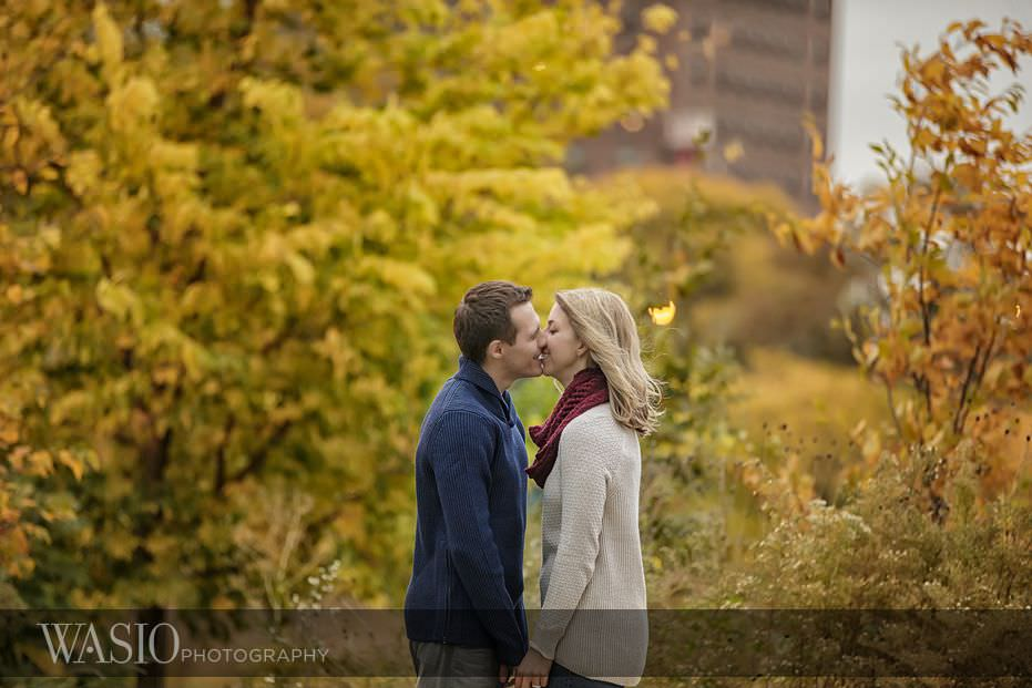 engagement-session-fall-colors-lincoln-park-zoo-passionate-kiss-09 Engagement Session - Samantha and Marcin