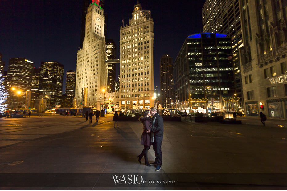 evening-engagement-photos-Chicago-Wrigley-building-iconic-landscape-couples-portrait-outdoor-63 Evening Engagement Photos - Izabela and Marcin